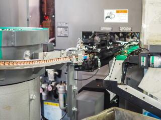 ヤマイチのNC旋盤はハイサイクル生産を可能にする独自の自動供給装置にこだわっています