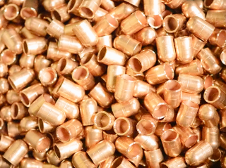 ヤマイチが旋盤加工で量産製造する銅製の溶接電極チップ